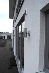 Fasad i vit puts med grå alufönster