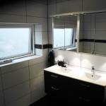 Etsat fönsterglas i badrummet
