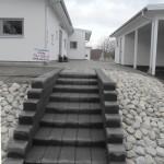 Entré med stenplattor och trappa