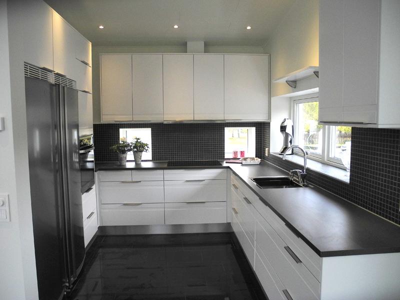 Vitt modernt kök med arbetsytor